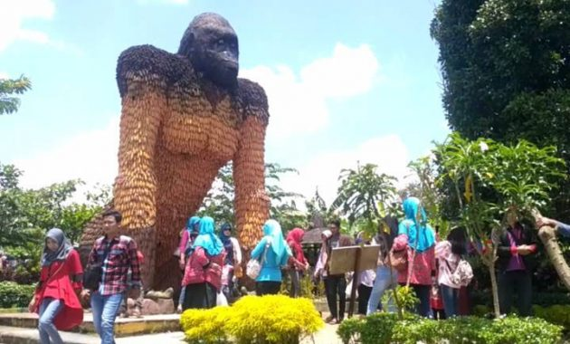 Wisata kampung anggrek kediri hits patung gorilla