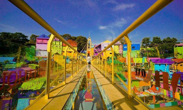 Jembatan kaca ngalam kampung warna warni